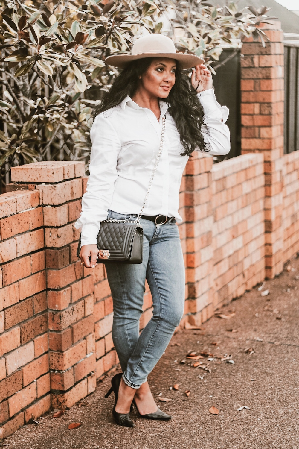 Parisian Style Best White Shirts For Women French Style Classic Women's White Shirt Paris Chic Style Button Down Long Sleeve Shirt White Skinny Jeans Auckland New Zealand StreetStyle Wear How to dress like a Parisian French Girl Style